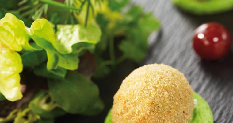 Bonbons croquants d'escargots, purée de persil et salade aux herbes