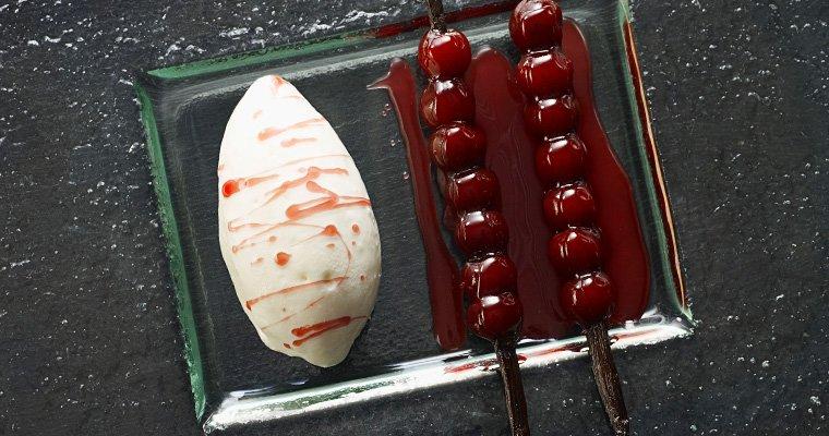 Brochettes de Griottines® à la vanille, crème glacée au yaourt grec