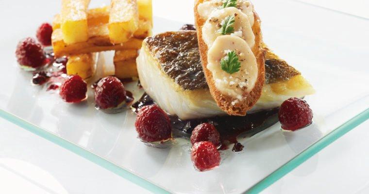 Dos de cabillaud rôti, grosses frites à la graisse de canard, petit croûton aillé à la moelle, réduction de Bordelaise et Framboisines®