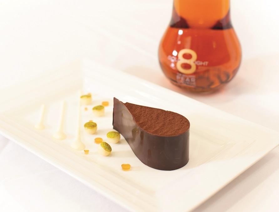 Enrubanné de Chocolat au Praliné, coulis de poire Golden Eight®