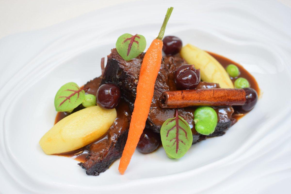 Joues de bœuf mijotées au pinot noir du Jura, pommes cannelle et Griottines®